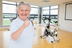 пожилая женщина и велотренажер